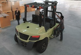Internal combustion forklift trucks